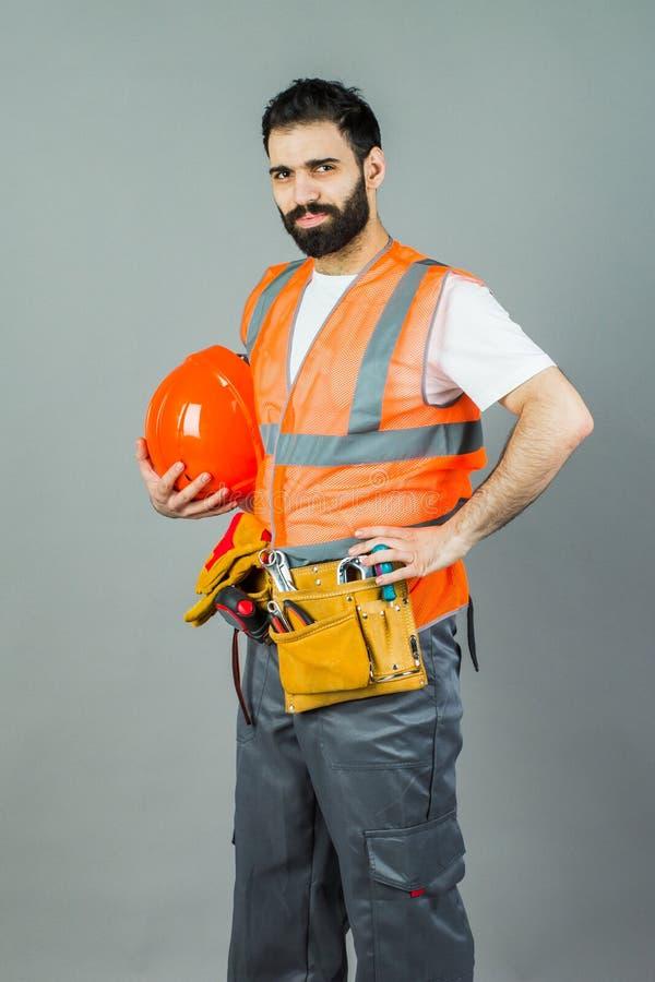 Портрет бородатого бизнесмена держа белую пустую панель w стоковая фотография
