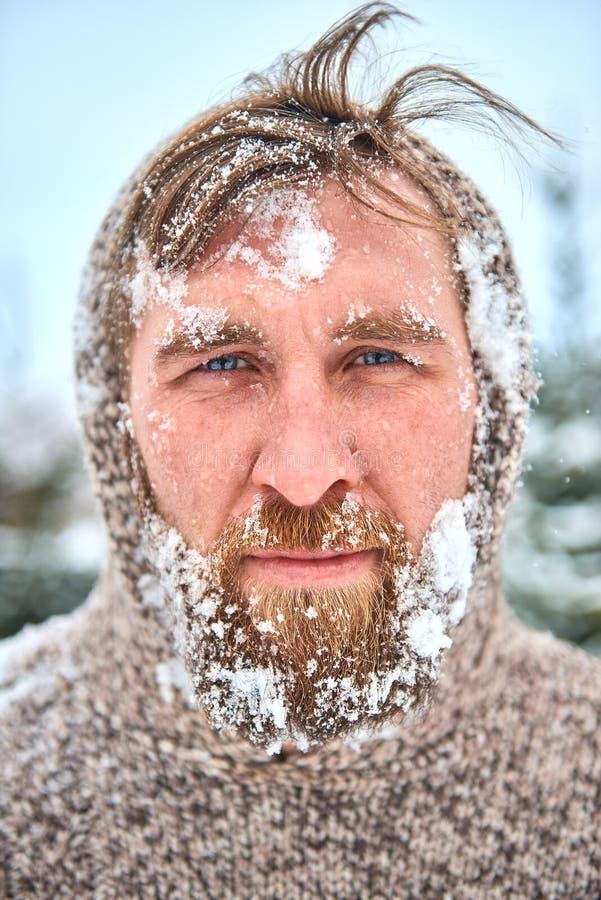 Портрет бородатого человека с снегом на его стороне стоковые изображения rf