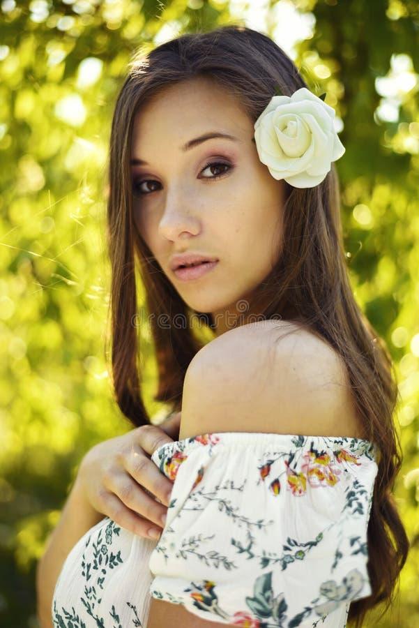 Портрет брюнета с цветком в волосах стоковое фото