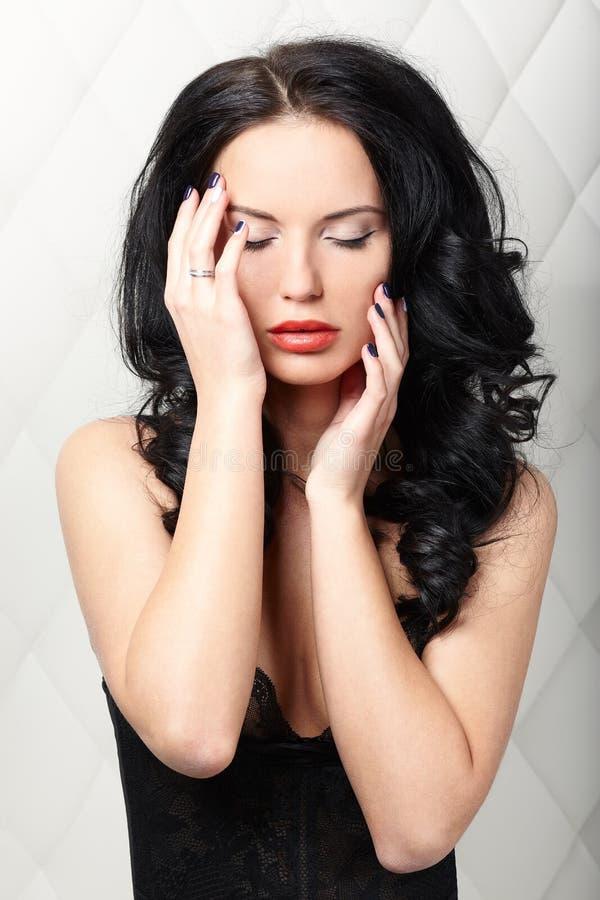 Портрет брюнет, сексуальная женщина на белой предпосылке стоковое фото rf