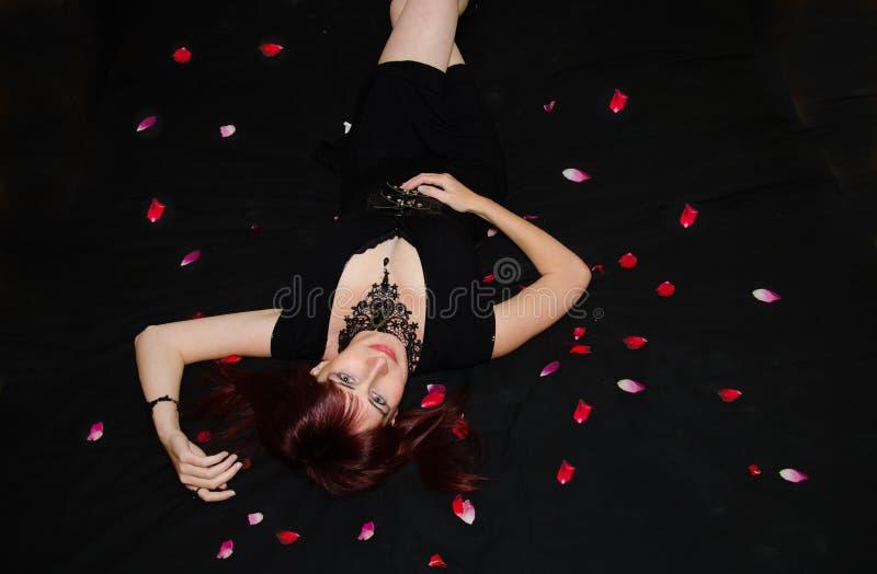 Портрет будуара темной женщины стоковые фотографии rf