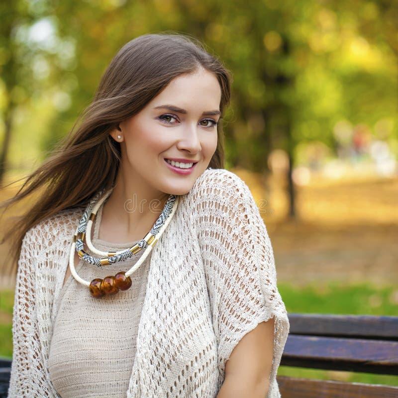 Портрет близкий вверх молодой красивой белокурой девушки стоковая фотография