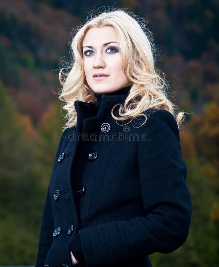 Портрет блондинкы в пальто стоковые фото