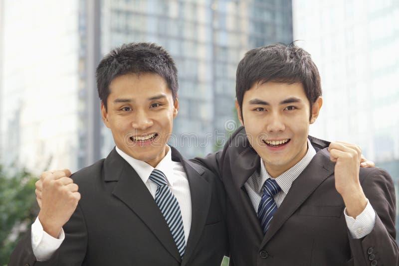 Портрет веселить 2 бизнесменов стоковые фотографии rf