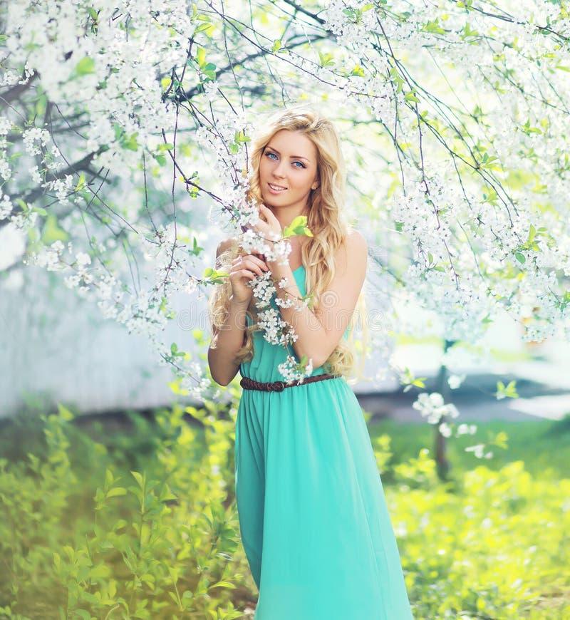 Портрет весны красивой молодой женщины наслаждаясь лепестками запаха стоковые изображения