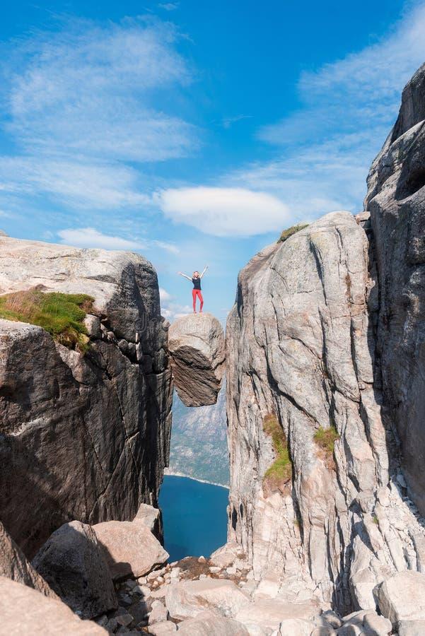 Портрет весьма перемещения плана для девушки на камне kjerag в горах Норвегии, чувства  стоковое фото rf