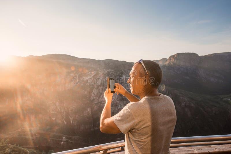 Портрет весьма перемещения плана для красивого старика на камне kjerag в горах Норвегии, s стоковое изображение