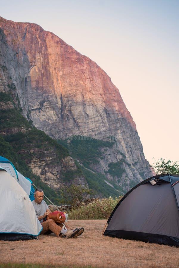 Портрет весьма перемещения плана для красивого старика на камне kjerag в горах Норвегии, s стоковое фото rf