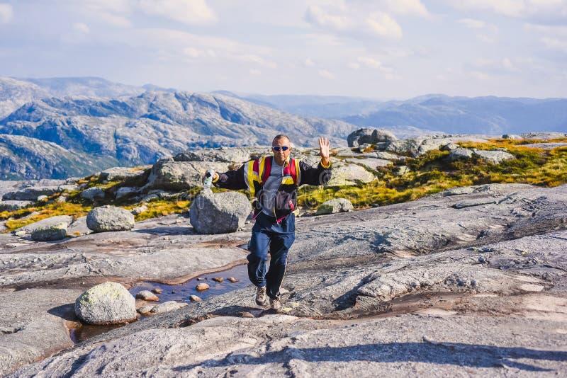 Портрет весьма перемещения плана для красивого старика на камне kjerag в горах Норвегии, s стоковая фотография