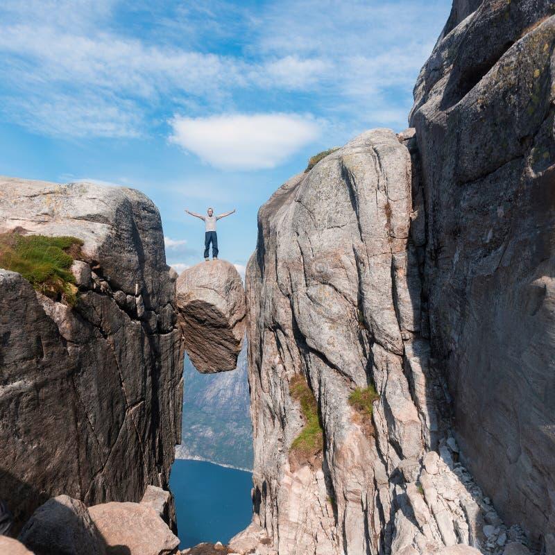 Портрет весьма перемещения плана для красивого старика на камне kjerag в горах Норвегии, s стоковые изображения