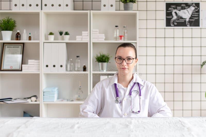 Портрет ветеринара в офисе клиники для клиники r стоковые изображения