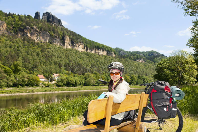 Портрет велосипедиста женщины отдыхая на стенде в природе стоковые фото