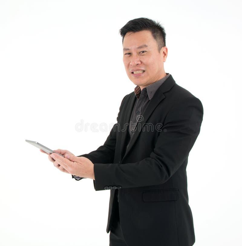 Портрет взгляда бизнесмена на планшете для того чтобы искать информацию изолированный на белой предпосылке стоковые изображения