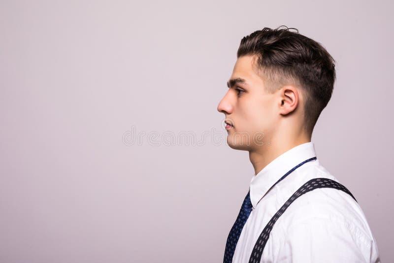 Портрет взгляда со стороны уверенно человека с красивым стилем причёсок в белой рубашке смотря на космосе экземпляра изолированно стоковые изображения