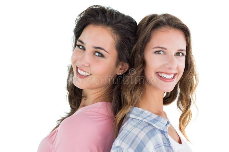 Портрет взгляда со стороны 2 счастливых молодых женских друзей стоковое фото rf