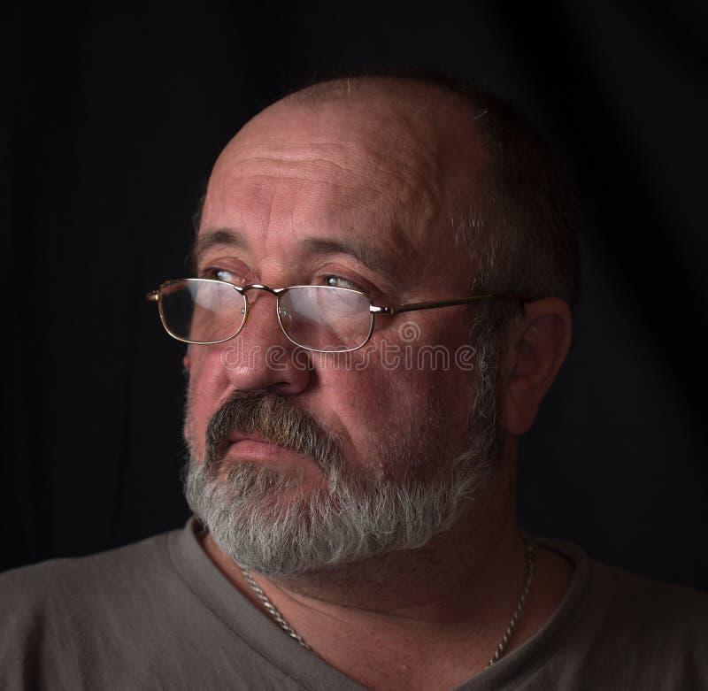 Портрет взрослого человека с серой бородой и стеклами стоковая фотография rf