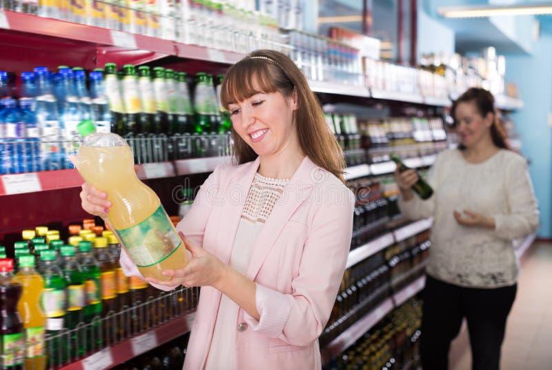 Портрет взрослых счастливых женщин ходя по магазинам в рынке стоковые изображения rf