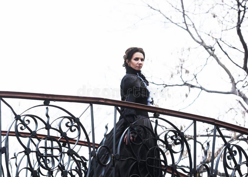 Портрет викторианской дамы в черноте стоковые фотографии rf