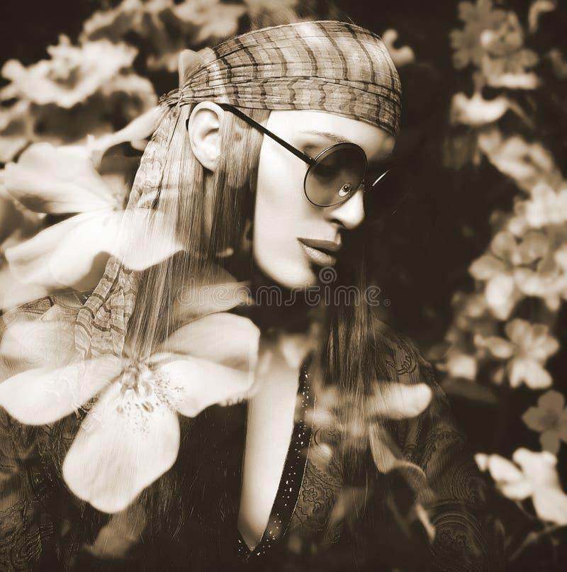 Портрет двойной экспозиции красивой девушки и цветков Hippie стоковое фото