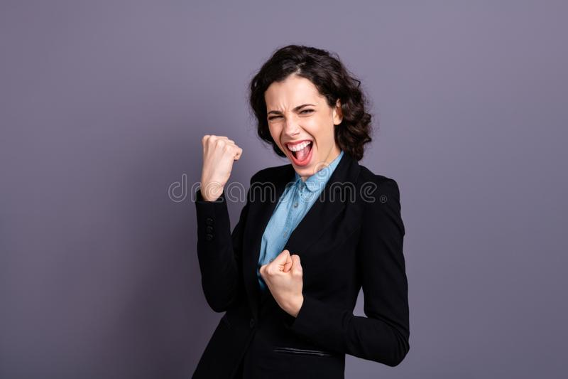 Портрет восторженного окрика молодости дамы да одел обмундирование черного блейзера первоклассное волнистое курчавое торжество це стоковое фото