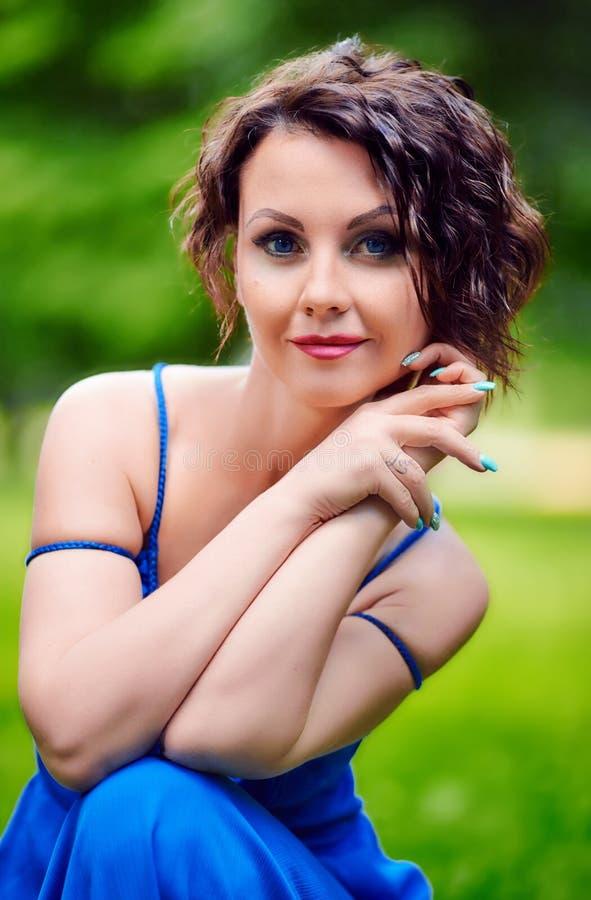 Портрет восхитительной молодой женщины стоковые фото
