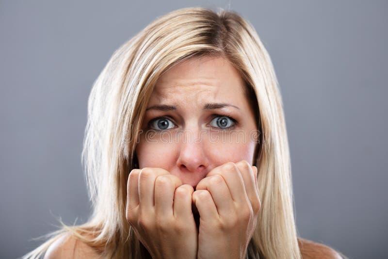 Портрет вспугнутой женщины стоковое изображение rf