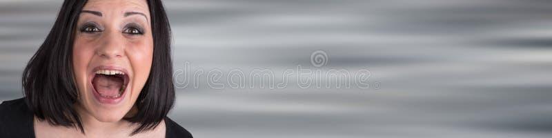 Портрет вспугнутой молодой женщины стоковое изображение rf