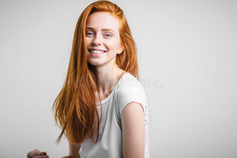 Портрет выстрела в голову счастливой девушки имбиря с веснушками усмехаясь смотрящ камеру стоковое изображение rf