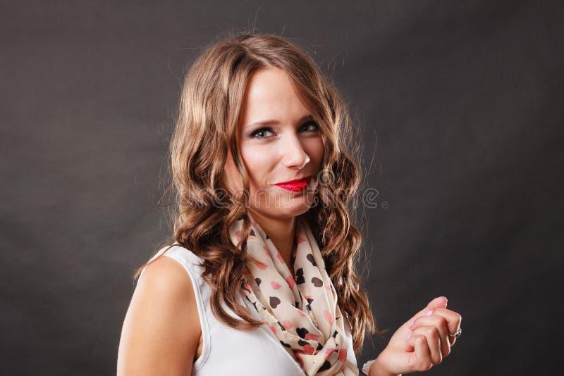 Портрет вьющиеся волосы элегантной женщины стоковая фотография rf