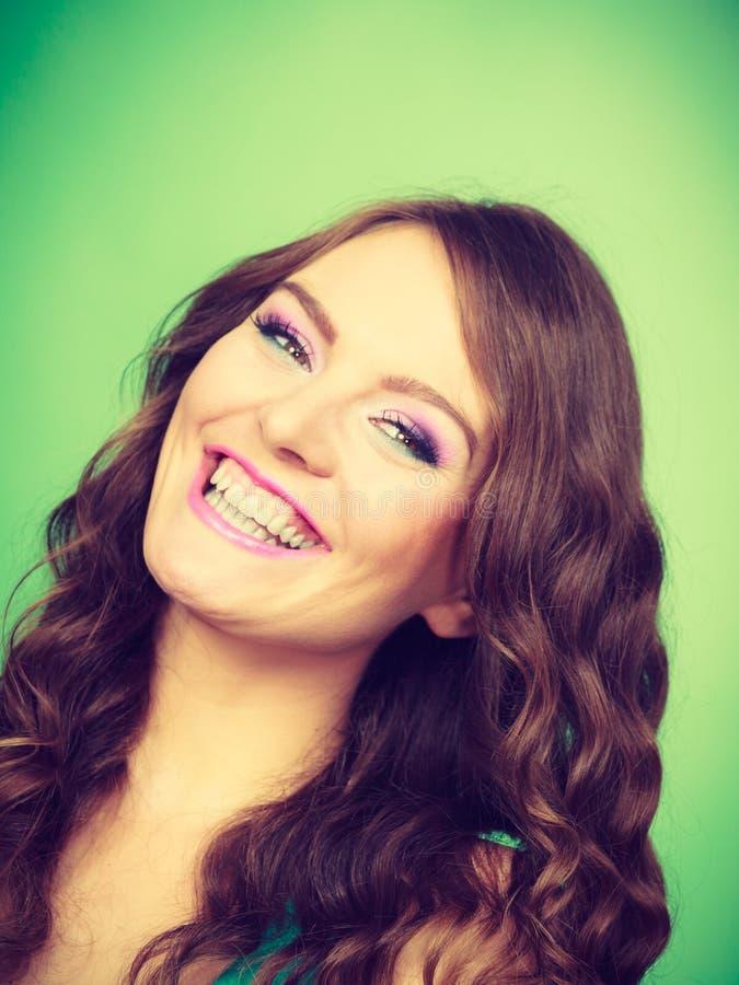 Портрет вьющиеся волосы симпатичной девушки длинного составляет стоковая фотография rf