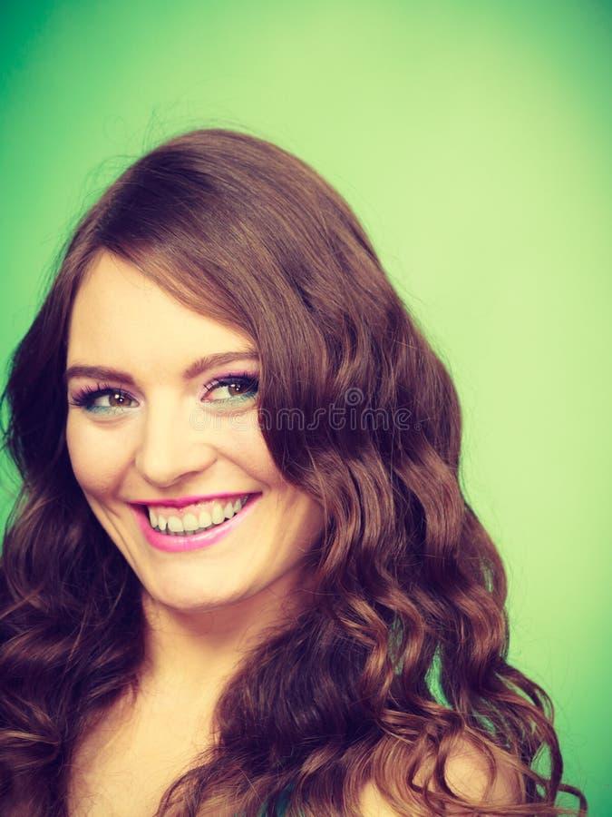 Портрет вьющиеся волосы симпатичной девушки длинного составляет стоковое изображение rf