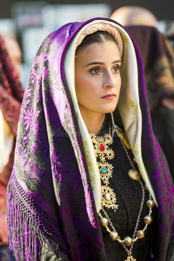 Портрет в традиционном Sardinian костюме стоковые фотографии rf