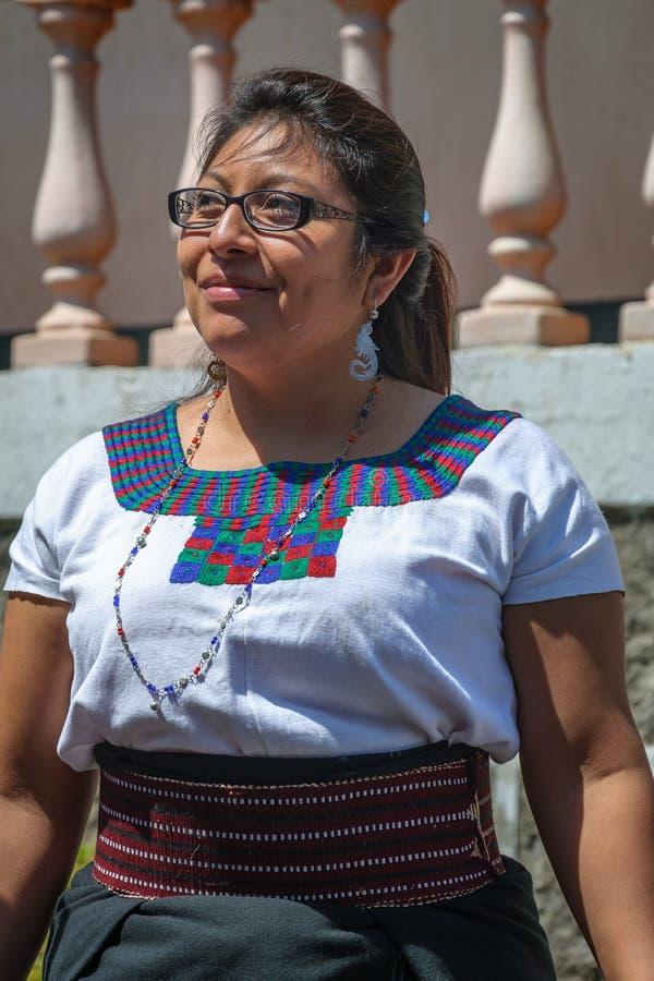 Портрет гватемальской дамы в традиционном платье стоковые изображения