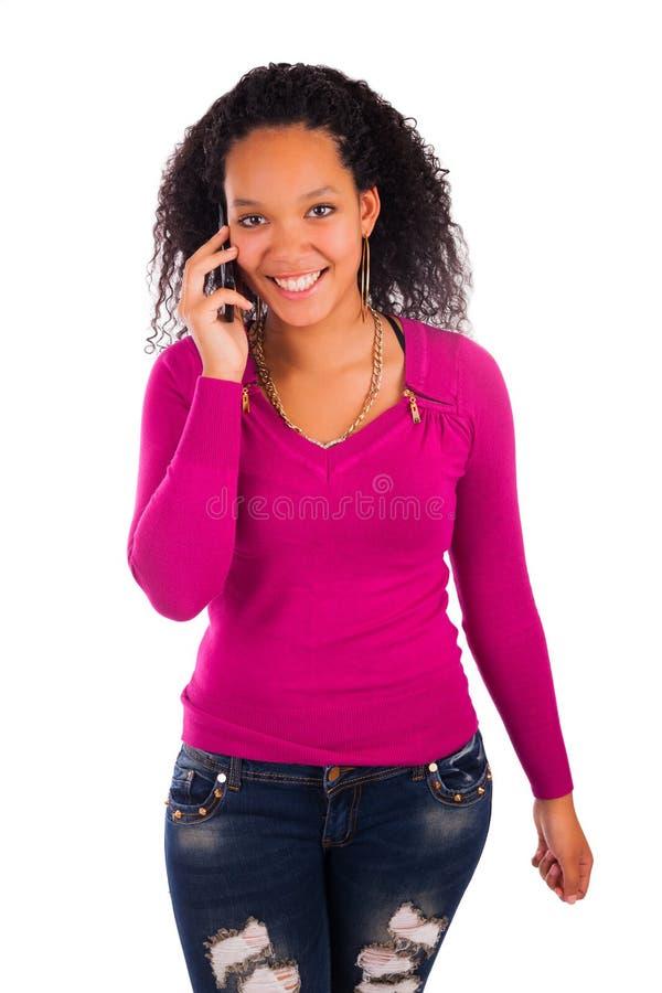 Портрет говорить маленькой девочки африканский на телефоне стоковая фотография