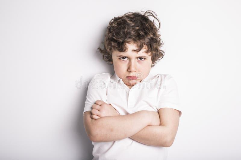 Портрет голов и плечи близкий поднимающий вверх молодого мальчика с ориентацией дурного настроения стоковые изображения rf