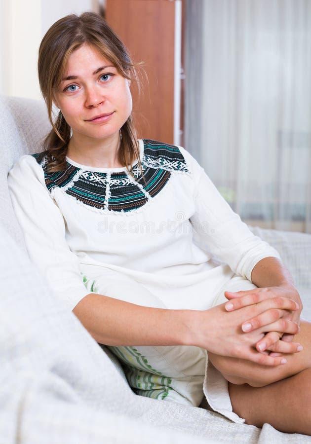 Портрет горемычной женщины дома стоковое фото