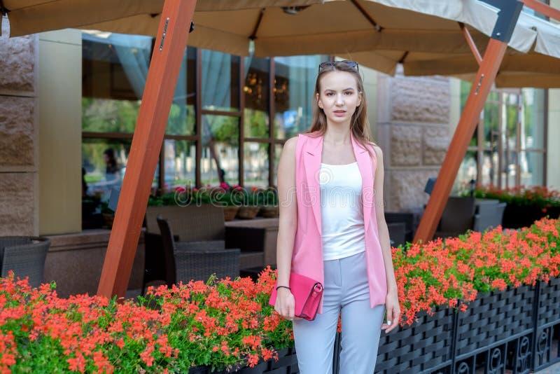 Портрет города стильный красивой женщины представляя на улице стоковые фотографии rf