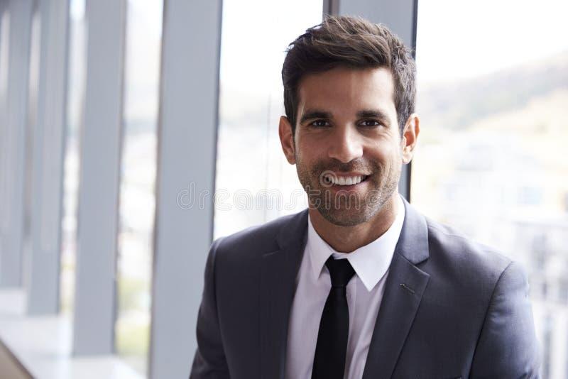 Портрет голов и плечи молодого бизнесмена в офисе стоковое фото rf