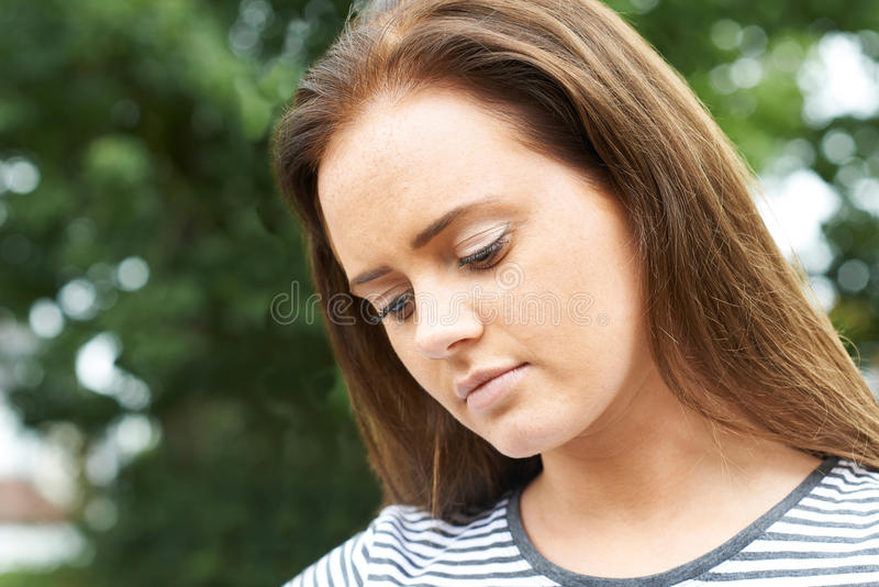 Портрет голов и плечи серьезного девочка-подростка стоковые изображения rf