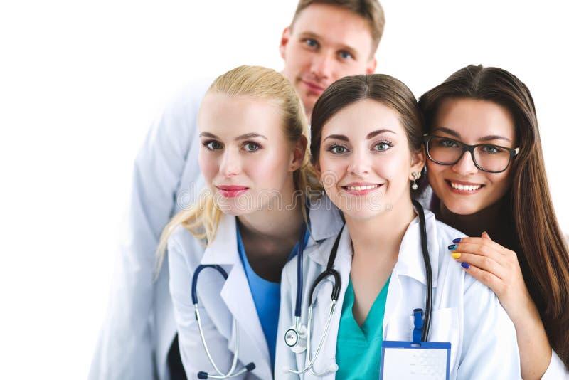 Портрет группы в составе усмехаясь коллеги больницы стоя совместно стоковое фото rf
