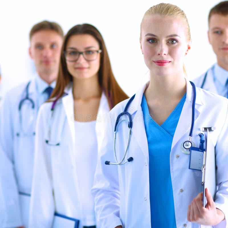 Портрет группы в составе усмехаясь коллеги больницы стоя совместно стоковые изображения rf