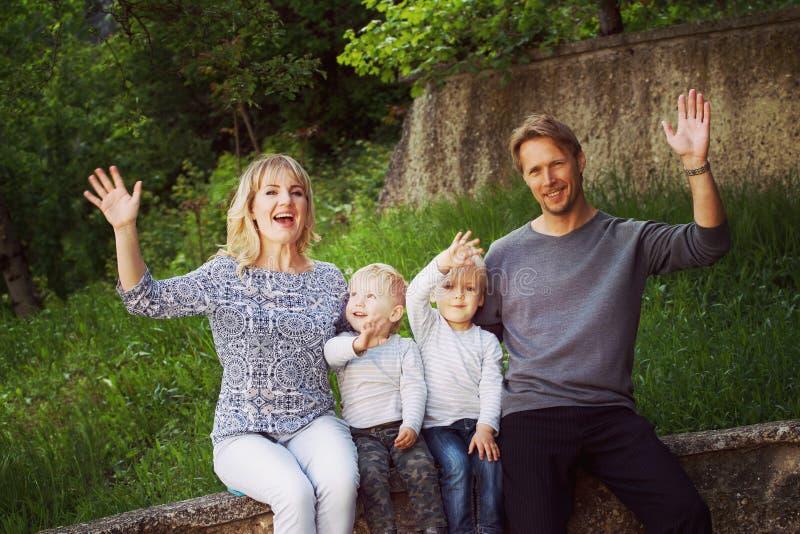 Портрет группы семьи в парке стоковые изображения rf