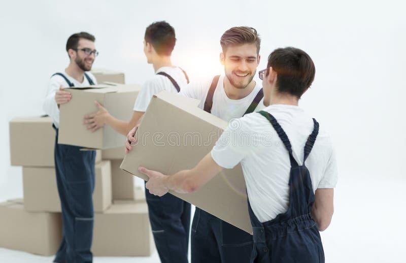 Портрет движенцов держа усмехаться коробки изолированный на белом backgro стоковые фото