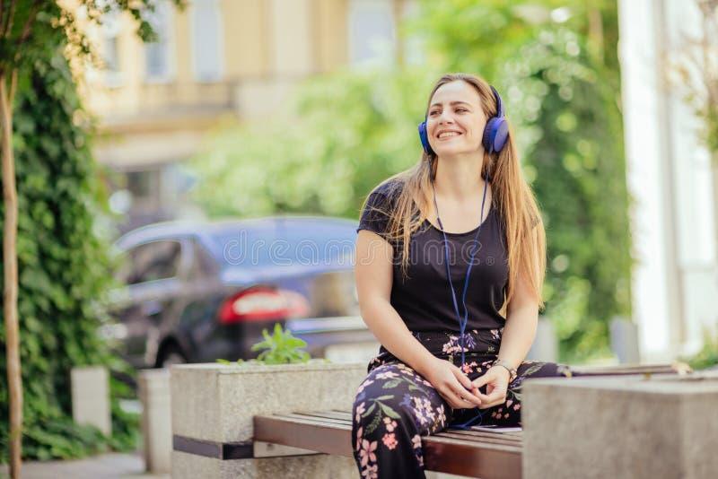 Портрет девочка-подростка нося голубые наушники стоковые изображения