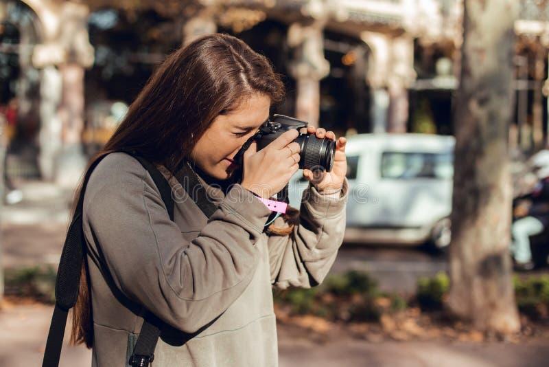 Портрет девушки брюнета фотографируя стоковые фото