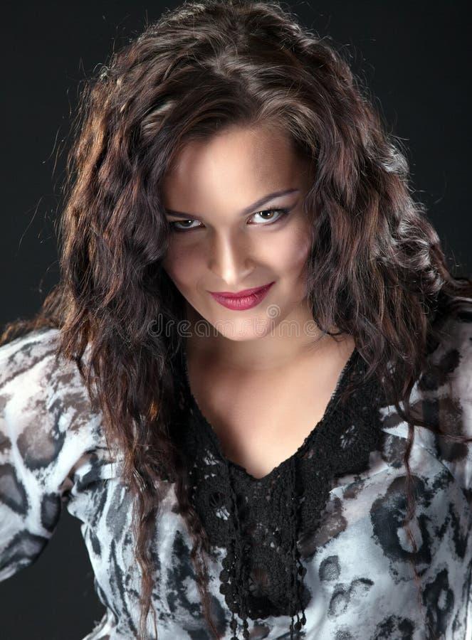 портрет девушки брюнет красотки стоковое изображение