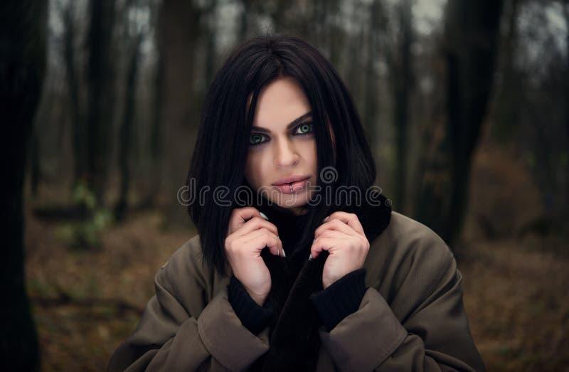 Портрет девушки в глазах леса зеленых осенняя пуща стоковые изображения