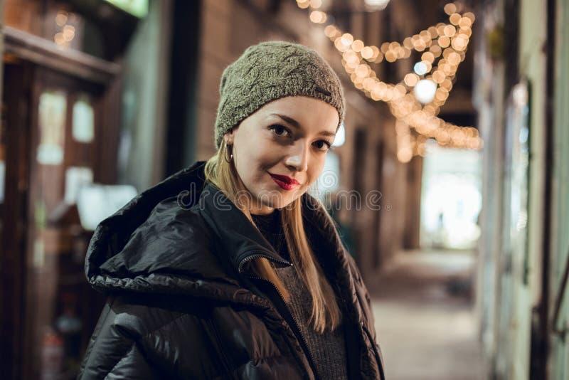 Портрет девушки в зиме стоковые изображения rf