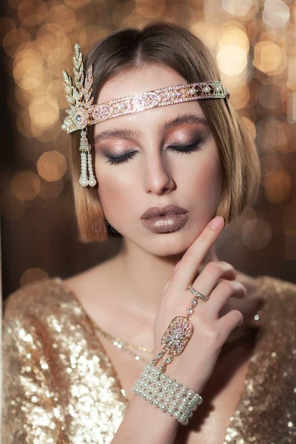Портрет девушки в платье золота стоковые изображения rf