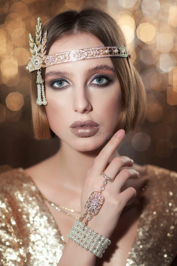 Портрет девушки в платье золота стоковое фото